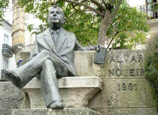 Estatua en bronce de Álvaro Cunqueiro frente de la catedral de Mondoñedo (Foto: Oilisab, Wikipedia)