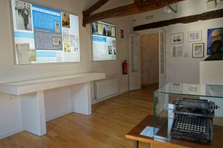 Sala del faiado, con su máquina de escribir, Casa-Museo de Álvaro Cunqueiro