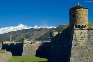 Ciudadela de Jaca, con los Pirineos al fondo
