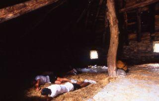 Peregrinos durmiendo en una palloza, mediados de los 80