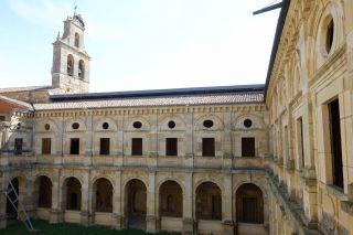 El claustro, con el acceso tapiado a la que fue Sala Capitular (Monasterio de Santa María de Sandoval)