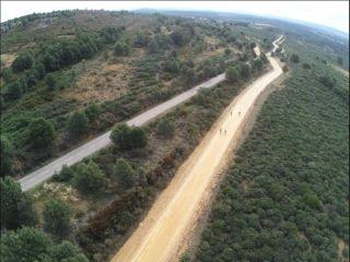 Vista aérea de la nueva pista, más ancha que la propia carretera, por la que se ven obligados a continuar los peregrinos