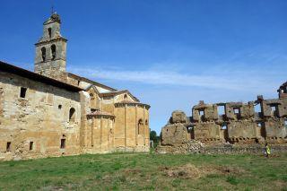 Cabecera del templo y ruinas del claustro mayor (Monasterio de Santa María de Sandoval)