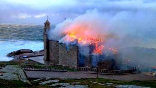 Incendio del Santuario de A Barca el día de Navidad de 2013 (Foto: Xesús Búa para La Voz de Galicia)
