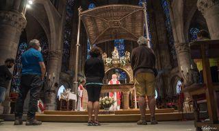 Los primeros cinco peregrinos post-Covid, recibiendo la bendición en Roncesvalles (lunes 22 de junio)