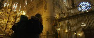 Jana, iluminándose en la catedral de Burgos con la mochila a la espalda.