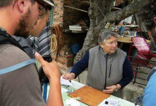 María atendiendo a unos peregrinos en 2014.