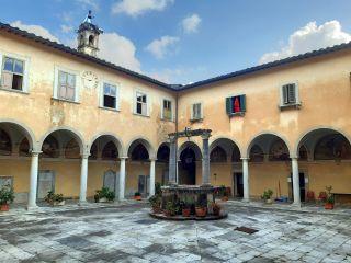 Albergue de Pietrasanta en el convento de San Francesco, un ejemplo de hospitalidad con voluntariado.