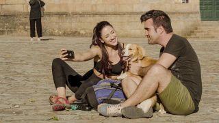 Alba y Raúl con su perro, Limón, al llegar a la plaza del Obradoiro.