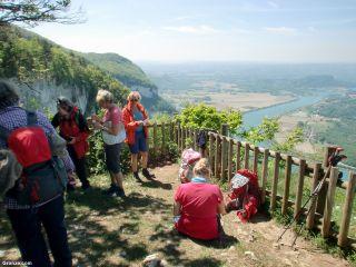 Peregrinas en uno de los miradores del Rhône, de camino a Saint-Maurice-de-Rotherens