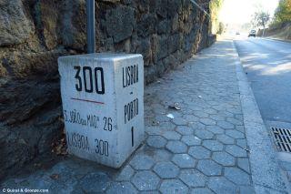 Mojón del km 300 de la nacional Lisboa-Porto, en Vila Nova de Gaia