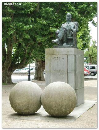 Significativa estatua de Camilo José Cela, Padrón
