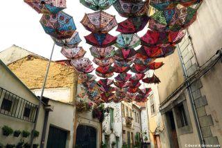 Paraguas del Umbrella Sky Project que se celebra cada verano en Águeda