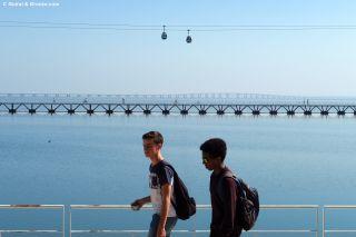 Paseo junto al río Tajo con el teleférico y el puente al fondo