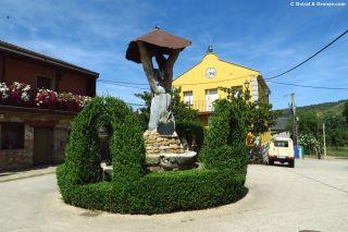 Plaza y escultura en Borrenes