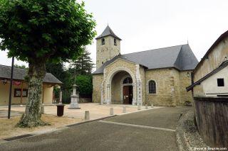 Plaza e iglesia de Ogeu-les-Bains