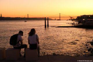 Puesta de sol frente al Tajo, en la praça do Comercio de Lisboa