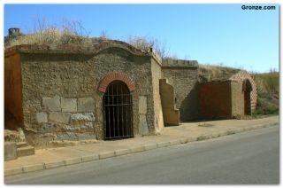 Antiguas bodegas, en la entrada de Reliegos