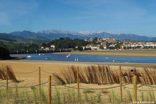 Ría y puente de San Vicente de la Barquera, y al fondo los Picos de Europa