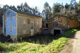 Casas junto al camino, a la salida de Santo Tomé de Lourenzá