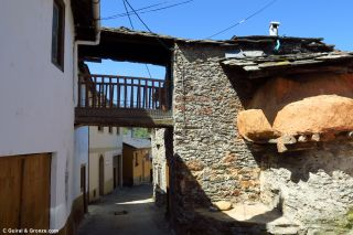 Atravesando el pueblo de Soldón