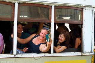 Turistas en el tranvía 28, la linea más famosa de Lisboa