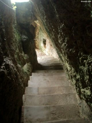 Entrada a la iglesia rupestre de Vals