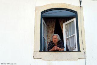 Conversando con una vecina de Alvorge