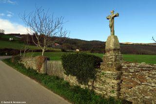 Cruz de un vía crucis sobre el muro de una finca, en O Castro (Lindín)