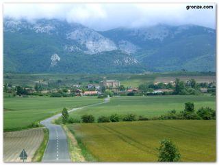 Alejándonos del pueblo de Zalduondo y la sierra de Aizkorri
